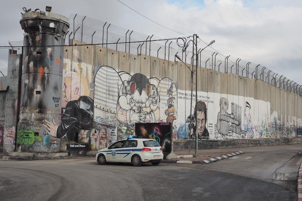 Mur-między-Palestyną-i-Izraeleme-Mur-bezpieczeństwa-Podróże-do-Izraela-policja