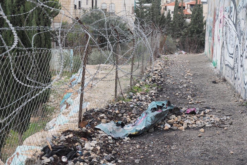 Mur-między-Palestyną-i-Izraeleme-Mur-bezpieczeństwa-Podróże-do-Izraela-drut-kolczasty