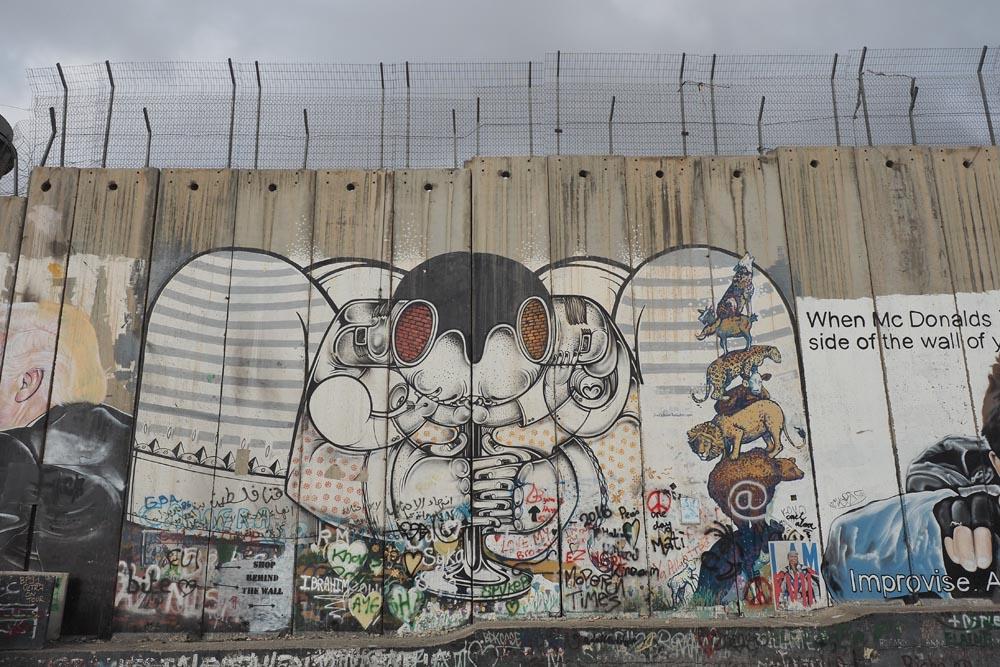 Mur-między-Palestyną-i-Izraeleme-Mur-bezpieczeństwa-Podróże-do-Izraela-mural-grafity