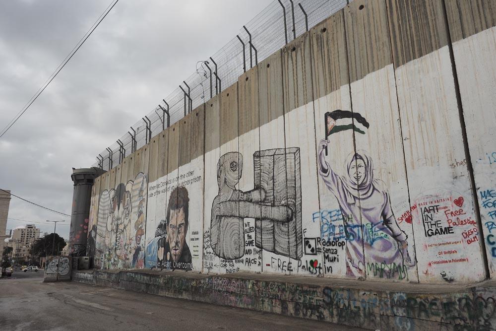 Mur-między-Palestyną-i-Izraeleme-Mur-bezpieczeństwa-Podróże-do-Izraela-druty-ochrona
