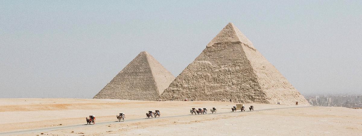 egipt-piramidy-pustynia
