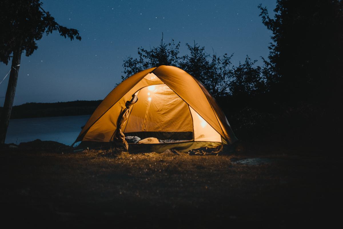 namiot-biwak-podroze-noc-gwiazdy-niebo