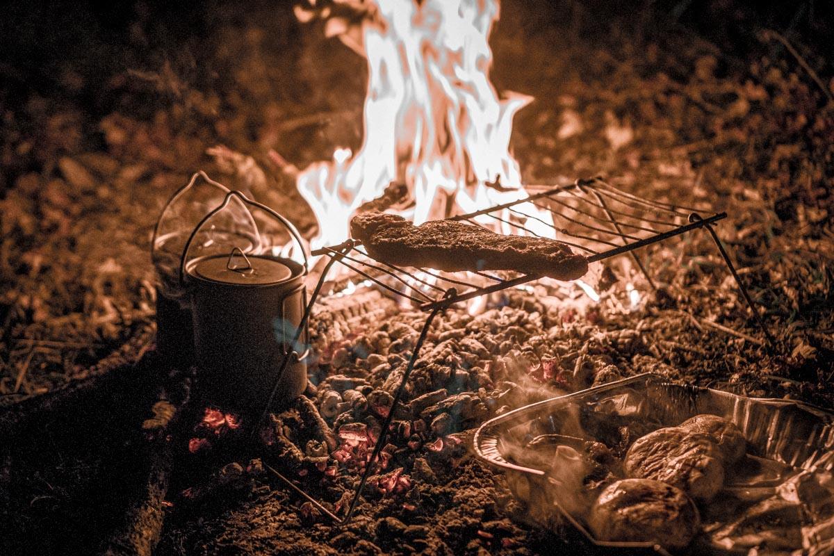 ognisko-kemping-podroze-jedzenie-ogien