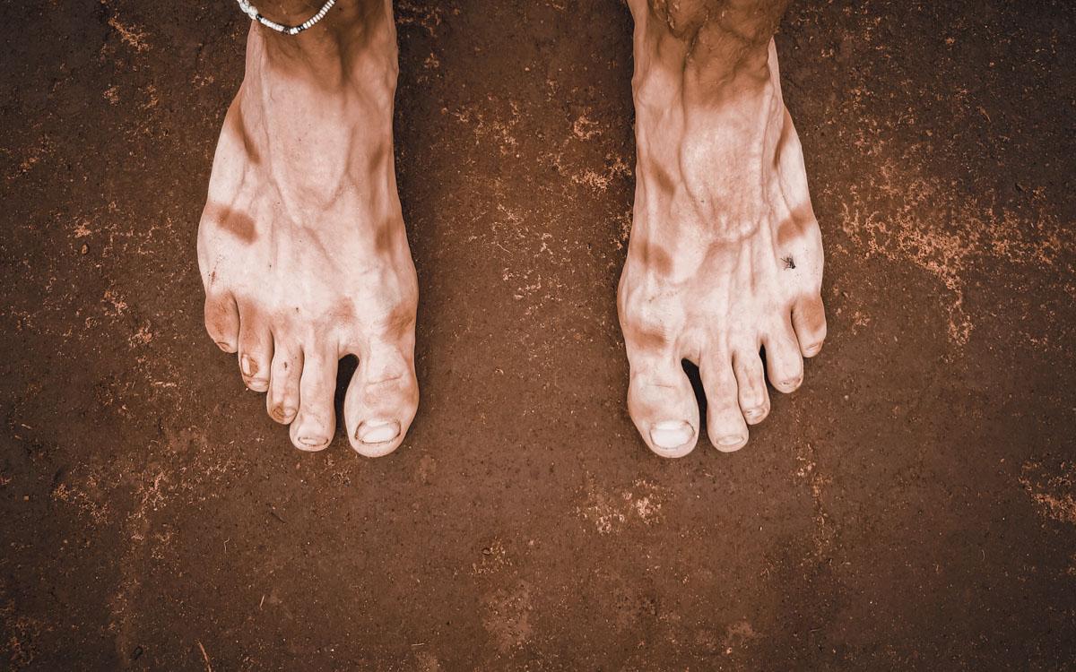 stopy-podroz-opalenizna-glina-ziemia